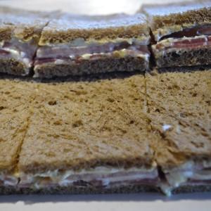 Sandwiches Surtidos de Pan Negro